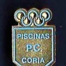 Coleccionismo deportivo: PIN - FUTBOL - PISCINAS P.C. - CORIA - SEVILLA - METAL ESMALTADO - CALIDAD - EP 1. Lote 43821146