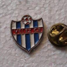 Coleccionismo deportivo: PIN DE DEPORTES. FÚTBOL. VELEZ MÁLAGA CF. ESCUDO DEL EQUIPO. Lote 140366508