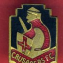 Coleccionismo deportivo: PIN INSIGNIA FUTBOL , CRUSADERS FC , IRLANDA DEL NORTE , ANTIGUO , ORIGINAL ESMALTE , AGUJA , F2. Lote 44175961