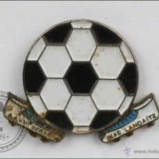 Colecionismo desportivo: PIN BALÓN Y BOTAS. AAVV BERAUN. IKAS LANGAITZ - FÚTBOL - MEDIDAS 25 X 20 MM - #PLS. Lote 44182516