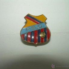 Coleccionismo deportivo: ANTIGUA INSIGNIA C.F. BARCELONA........PEÑA BARCELONISTA OLIVELLA.. Lote 44866225