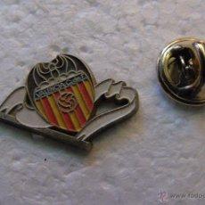 Coleccionismo deportivo: PIN DE DEPORTES. FÚTBOL. VALENCIA CF. ESCUDO DEL EQUIPO. Lote 45884133