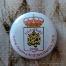 Coleccionismo deportivo: CHAPA DEL REAL MADRID. PEÑA DE ASTORGA (LEÓN) RAREZA!!. Lote 53613080
