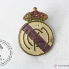 Coleccionismo deportivo: INSIGNIA DE AGUJA - ESCUDO DEL REAL MADRID CF - 19 X 14 MM - FÚTBOL. Lote 47715040