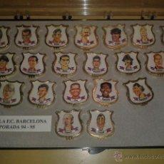 Coleccionismo deportivo: COLECCION COMPLETA DE 20 PINS - PLANTILLA F.C.BARCELONA TEMPORADA 1994-1995 EN CAJA ORIGINAL. Lote 47979313