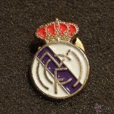 Coleccionismo deportivo: PIN ESCUDO EQUIPO FUTBOL REAL MADRID. Lote 146983462