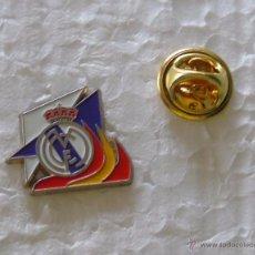 Coleccionismo deportivo: PIN DEL REAL MADRID CLUB DE FÚTBOL. BANDERAS. Lote 49611372