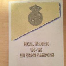 Coleccionismo deportivo: PINS REAL MADRID TEMPORADA 94 95 Y FICHAS JUGADORES. UN GRAN CAMPEON. EL MUNDO. Lote 52130688