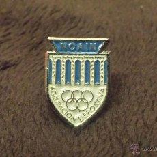 Coleccionismo deportivo: PIN ESCUDO EQUIPO FUTBOL AGRUPACION DEPORTIVA NOAIN (CLUB COMUNIDAD DE NAVARRA ). Lote 52317543