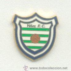 Coleccionismo deportivo: PIN - INSIGNIA DE FÚTBOL. VÉLEZ FC (VÉLEZ-MÁLAGA, MÁLAGA). ESMALTADA. Lote 52601388