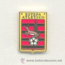 Coleccionismo deportivo: PIN - INSIGNIA DE FÚTBOL. ANDALUCÍA. ESTEPA ATLÉTICO (ESTEPA, SEVILLA). ESMALTADO. Lote 52937268