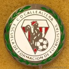 Coleccionismo deportivo: ANTIGUA INSIGNIA AGUJA C D CALLEALTERA ESCUELA FORMACION FUTBOLISTAS. SANTANDER.DESAPARECIDO. Lote 54534996