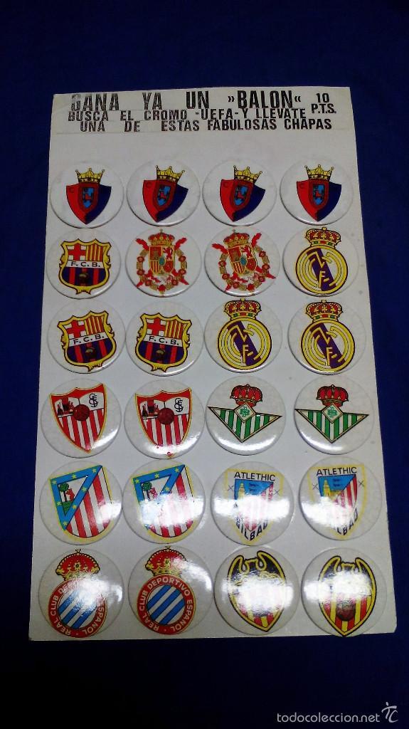 EXPOSITOR 24 CHAPAS (PINS) EQUIPOS DE FÚTBOL AÑOS 80. COMPLETO Y SIN USAR (Coleccionismo Deportivo - Pins de Deportes - Fútbol)