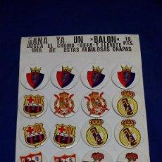 Coleccionismo deportivo: EXPOSITOR 24 CHAPAS (PINS) EQUIPOS DE FÚTBOL AÑOS 80. COMPLETO Y SIN USAR. Lote 55812771