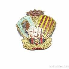 Coleccionismo deportivo: ANTIGUA Y RARA INSIGNIA.....C. DE F. BARCELONA.....MONTSERRAT. Lote 35417337