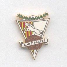 Coleccionismo deportivo: PIN - INSIGNIA DE FÚTBOL. BARCELONA. CF PARETS (PARETS DEL VALLÈS). ESMALTADO. OFICIAL. Lote 57082674