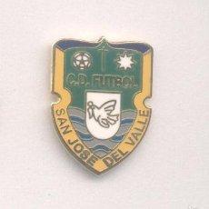 Coleccionismo deportivo: PIN - INSIGNIA DE FÚTBOL. CÁDIZ. CD FÚTBOL SAN JOSÉ DEL VALLE (SAN JOSÉ DEL VALLE). ESMALTADO. Lote 57111887