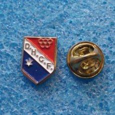 Coleccionismo deportivo: PIN INSIGNIA DE FÚTBOL MODESTO. DOS HERMANAS CF, SEVILLA. Lote 60653831