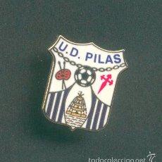 Coleccionismo deportivo: PIN - INSIGNIA DE FÚTBOL. ANDALUCÍA. UD PILAS (PILAS, SEVILLA). ESMALTADO. Lote 61058343