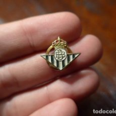 Coleccionismo deportivo: ANTIGUA INSIGNIA DE FUTBOL DEL REAL BETIS BALONPIE. Lote 64481155