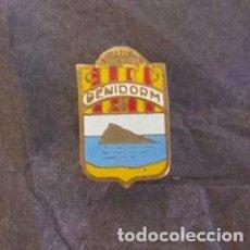 Coleccionismo deportivo: RARO PIN DE FUTBOL - SOLAPA - CENTRO DE DEPORTES BENIDORM. Lote 66040206