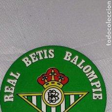 Coleccionismo deportivo: CHAPA METÁLICA CON IMPERDIBLE. REAL BETIS BALOMPIÉ. SUPER FÚTBOL 84. SUPER CROMOS ROLLÁN 55 MM.. Lote 67867465