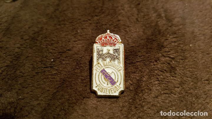 35f3133079fbb PIN CON ESCUDO EQUIPO FÚTBOL REAL MADRID INSIGNIA PEÑA MADRIDISTA DE  PONTEVEDRA