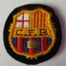 Coleccionismo deportivo: PIN DEL CF. BARCELONA EN TELA BORDADA SOBRE FELPA. CIRCA 1940. . Lote 82535348