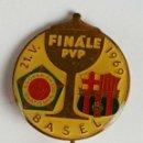 Coleccionismo deportivo: AGUJA DE SOLAPA. FINALE PVP. BRATISLAVA- CF. BARCELONA ESMALTE Y METAL.1969. . Lote 82585020