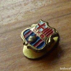 Coleccionismo deportivo: DIFICIL INSIGNIA FUTBOL CLUB BARCELONA SOLAPA OJAL ANTIGUA C.F.B. AÑOS 40 BARÇA PIN COLECCIÓN. Lote 86758932