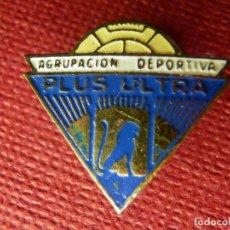 Coleccionismo deportivo: INSIGNIA ESMALTADA P/ OJAL DE CHAQUETA - AGRUPACIÓN DEPORTIVA PLUS ULTRA - ANTES DE SER EL CASTILLA. Lote 89517324
