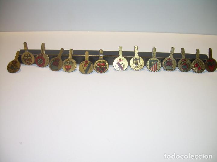 Coleccionismo deportivo: ANTIGUAS Y RARISIMAS INSIGNIAS LITOGRAFIADAS DE SOLAPA.TOTAL.14.EQUIPOS DE FUTBOL. - Foto 12 - 91003750