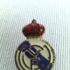 Coleccionismo deportivo: ANTIGUA INSIGNIA OJAL SOLAPA REAL MADRID PIN PINS. Lote 92060825
