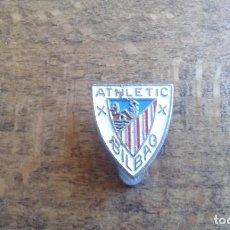 Coleccionismo deportivo: ANTIGUO PIN INSIGNIA DE SOLAPA DE FUTBOL DE EL ATLETIC DE BILBAO. Lote 95724699