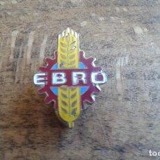 Coleccionismo deportivo: ANTIGUO PIN INSIGNIA DE SOLAPA DE CAMIONES EBRO. Lote 95725195