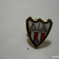 Coleccionismo deportivo: PIN FUTBOL RAYO RABITEÑO. Lote 95956427
