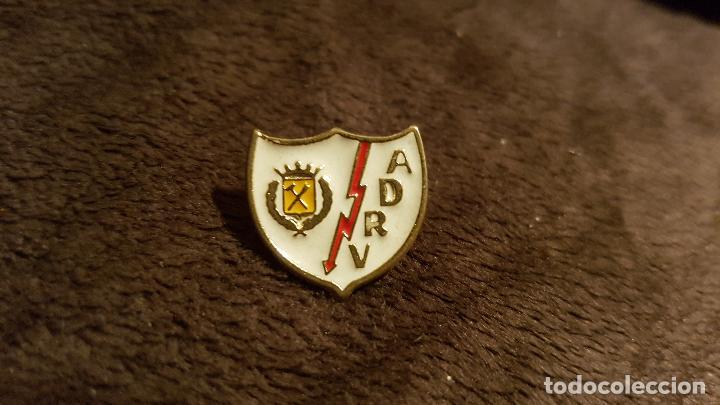 PIN ESCUDO EQUIPO FÚTBOL ASOCIACIÓN DEPORTIVA RAYO VALLECANO (INSIGNIA CLUB MADRID) (Coleccionismo Deportivo - Pins de Deportes - Fútbol)