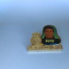 Coleccionismo deportivo: PIN REAL MADRID BUYO CLUB DE FÚTBOL. Lote 103385232