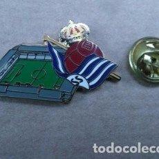 Coleccionismo deportivo: PIN - FUTBOL - ESCUDO MAS ESTADIO - ANOETA - REAL SOCIEDAD. Lote 103970383