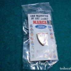 Coleccionismo deportivo: REVISTA MARCA - EN SU ESTUCHE ORIGINAL SIN ABRIR- PIN SEVILLA. Lote 105221611