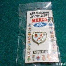 Coleccionismo deportivo: REVISTA MARCA - EN SU ESTUCHE ORIGINAL SIN ABRIR- PIN RAYO VALLECANO. Lote 105221747