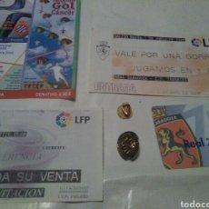 Coleccionismo deportivo: LOTE VARIADO FÚTBOL REAL ZARAGOZA, INSIGNIA, ENTRADAS, ABONO. Lote 105384350