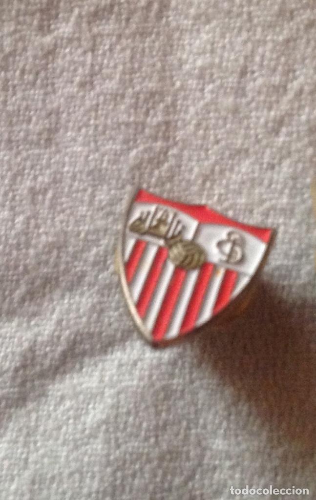 Coleccionismo deportivo: DOS PINS INSIGNIAS CF SEVILLA - Foto 3 - 111301223