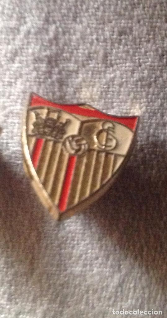Coleccionismo deportivo: DOS PINS INSIGNIAS CF SEVILLA - Foto 2 - 111301223