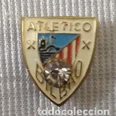 Coleccionismo deportivo: ANTIGUA INSIGNIA DEL ATLETICO BILBAO . CON PIEDRA INCRUSTADA . ACTUAL ATHLETIC . AGUJA .AÑOS 50 .. Lote 111896991
