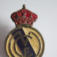Coleccionismo deportivo: PIN REAL MADRID - 3X2. Lote 112258651