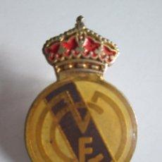 Coleccionismo deportivo: PIN REAL MADRID - 3X2. Lote 112258747