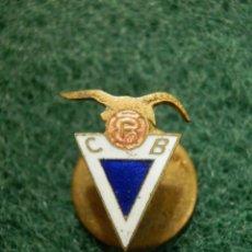 Coleccionismo deportivo: ANTIGUA INSIGNIA DE OJAL PARA SOLAPA - ANTIGUO EQUIPO - CLUB DE FUTBOL BADALONA - C.F.B - CFB. Lote 113696495