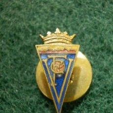 Coleccionismo deportivo: ANTIGUA INSIGNIA DE OJAL PARA SOLAPA - ANTIGUO EQUIPO DE FUTBOL? SIN DETERMINAR DE MOMENTO - C. F.V. Lote 113696739