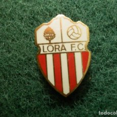 Coleccionismo deportivo: INSIGNIA DE IMPERDIBLE - EQUIPO DE FUTBOL - LORA F.C. - CLUB -. Lote 114260579